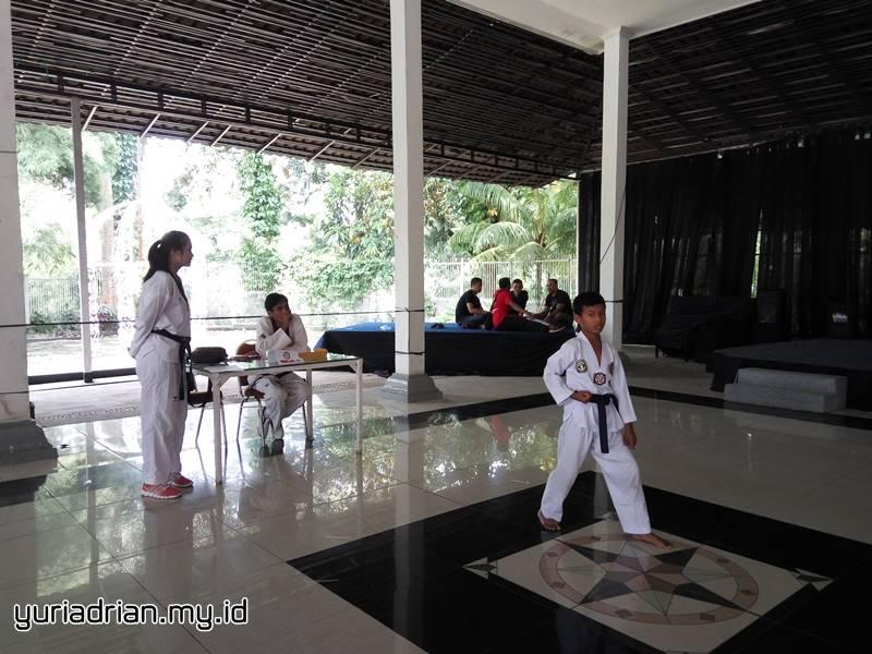 Salah seorang atlet taekwondo Sabuk Biru ini sedang diuji oleh Sabeum Nim Andreas.